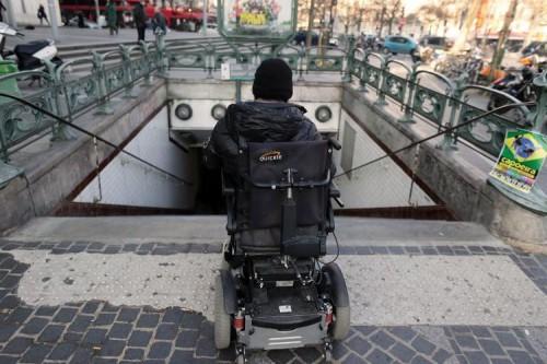 623477-un-handicape-a-l-entree-d-une-station-de-metro-a-paris.jpg